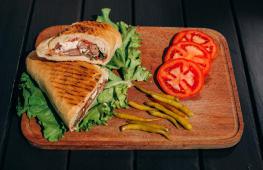 მექსიკური ჰოთ დოგი მდნარი ყველით პურში