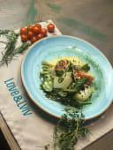 Теплий салат з лососем, спаржею та яйцем пашот (210г)