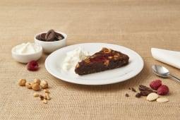 Torta cioccolato, nocciole e lamponi