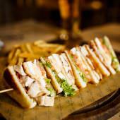 Sándwich special club de pollo