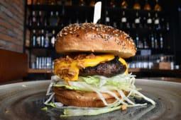 El Toro Deep Cheeseburger sa pomfritom