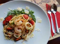 Spaghetti aglio e olio z owocami morza