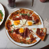 Pizza huevos rotos