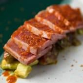 Tataki de atún rojo ligeramente cocinado, con kumato aguacate