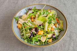 Ensalada verde, apio, croutons y salsa césar
