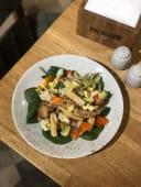 Хрусткий овочевий салат з авокадо та куркою (300г)