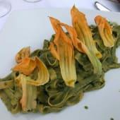 Tagliatelle al pesto, zucchine e fiori di zucca