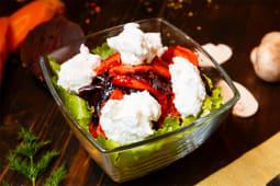 Салат с вяленой свеклой и козьим сыром