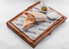 Шаверма с куриным филе йогуртовым соусом и халапеньо