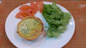 Mini quiche de requeijão e espinafres com salada