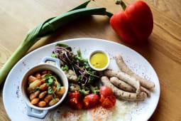 Яєчня з ковбасками, квасолею в томатному соусі та томатами чері (360г)