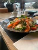 Холодний салат з слабосоленим лососем та крем-сиром (200г)