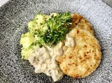 Курячі котлети з молодою картоплею та вершково-грибним соусом (270г)