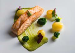Філе лосося з картоплею, брокколі та зеленим соусом (200г)