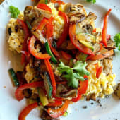 Ouă scrembăluite cu legume