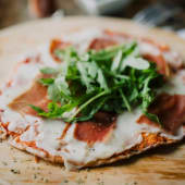 Pizzeta de prosciutto y arúgula