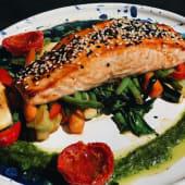 Сьомга гриль на подушці з овочей, соусом Salva Verde (400г)