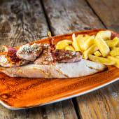 Solomillo ibérico con foie, gorgonzola y crujiente de jamón ibérico