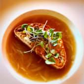 Sopa de cebolla con tosta de parmesano