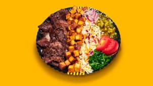 Kebab clasic de vită cu salate la farfurie