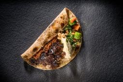Kebab de vită cu hummus și tabouleh