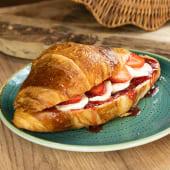 Croissant dulce con mozzarella, fresas y marmelada de fresa