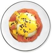 Huevo benedictino con salmón y aguacate