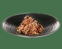Жареная удон лапша с телятиной и овощами под перечным соусом (350 г)