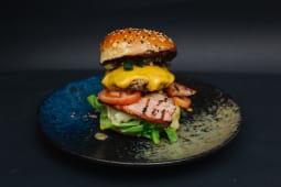 Burger Khalifa de Black Angus cu cheddar si edamer