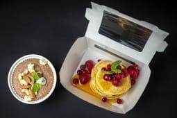 Солодкий сніданок з панкейками у ягідному соусі (400г)