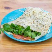 Crepe salada de salmón, crema de queso y pesto