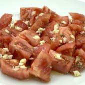 Tomate rosa con aceite, ajo y orégano