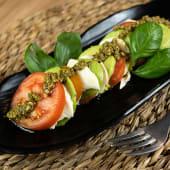 Avocapresse con tomate y albahaca