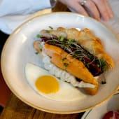 Круасан з лососем, крем-сиром та яйцем