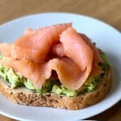 Double avocado toast con salmone affumicato
