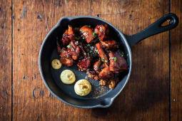 Pollo yakitori con trigo bulgur salteado y salsa de aji
