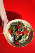 Салат зі свіжою полуницею, шпинатом та грецьким йогуртом (260г)