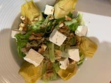 მწვანე სალათი არტიშოკით, ფეტა ყველით და თხილით