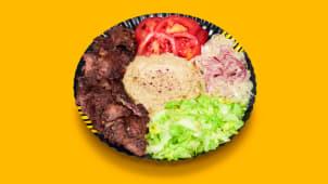Kebab de vită cu salată de vinete la farfurie