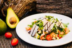 Руккола с тигровыми креветками, авокадо и сыром Пармезан