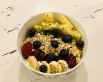 Bowl de frutas frescas y yogur