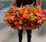 ფერადი ყვავილების კომბინაცია ყუთში