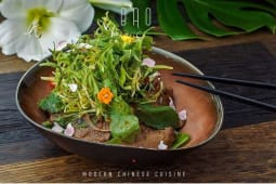Зелений овочевий салат з теплою маринованою телятиною (260г)