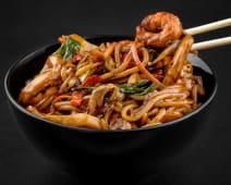 Noodles la wok cu fructe de mare