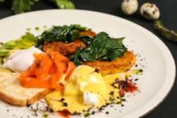 Хашбраун со слабосоленым лососем, авокадо, яйцом пашот