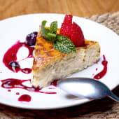 Tarta de queso casera con salsa de frutas del bosque