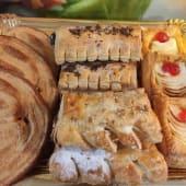 Bandeja premium hojaldres  manzana, palmeras, herraduras (12 piezas)