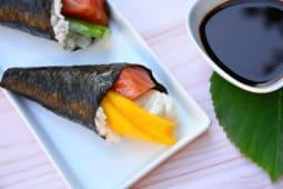 Temaki salmón, Philadelphia y mango (1 unidad)
