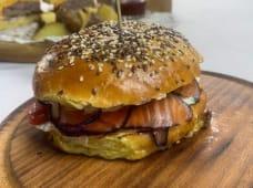 Бургер з лососем, картоплею фрі та томатним соусом (460г)