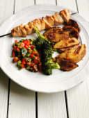 Menú plato kebab pollo con patatas y bebida